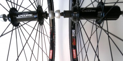 Photo Detail of specialized urban bicycle wheels made with bMHR. Complete set, even with anti-theft locking skewers included.